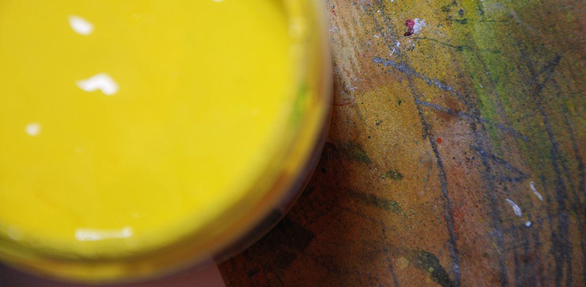 Topf mit gelber Farbe