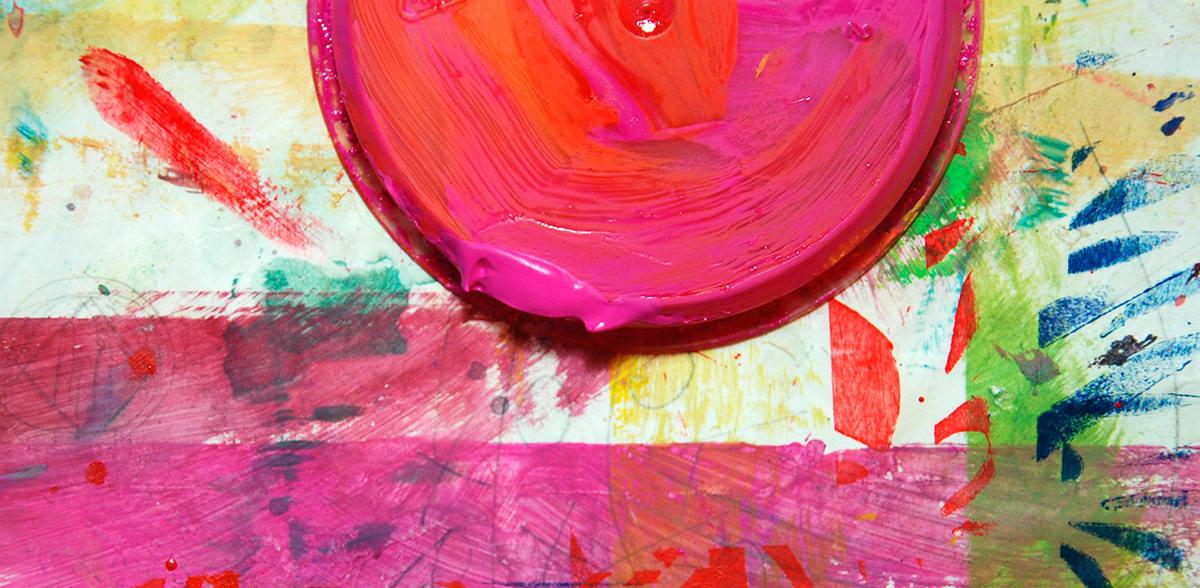 Topf mit pinker Farbe